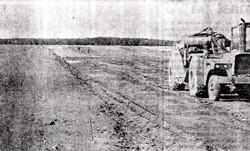 flyvepladsens nye græsbane anlægges i 1974
